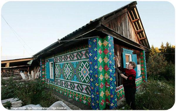 Olga Kostina ha decorado su casa con 30.000 tapones de bolletas.