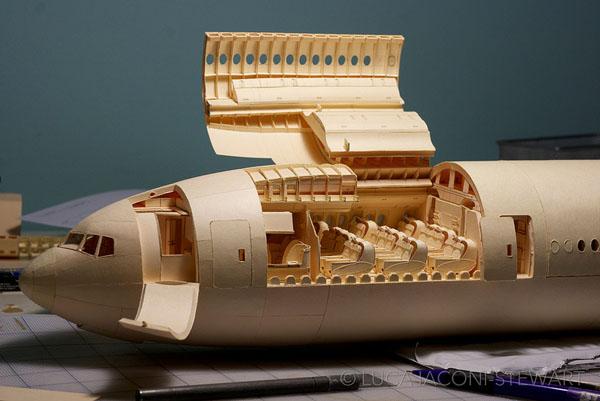 Boeing 777 hecho con carpetas manila