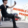 Sentado en una silla invisible
