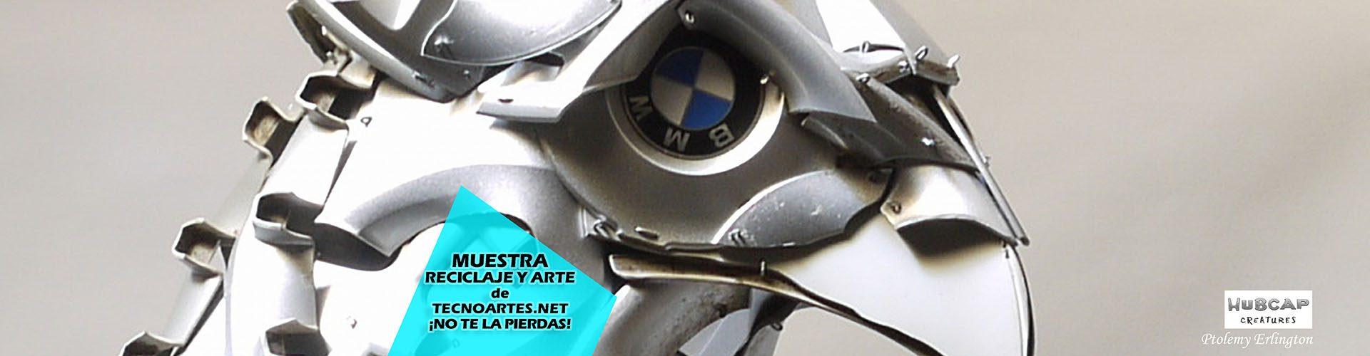 Águila hecha con tapacubos de ruedas.